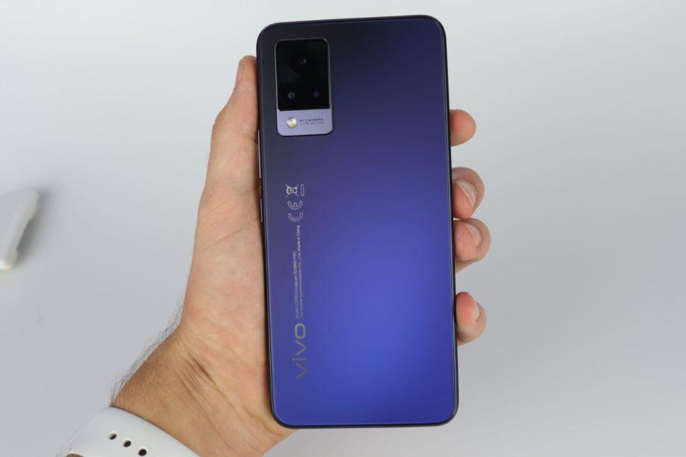 Vivo V21 5G Rueckseite mit Hand
