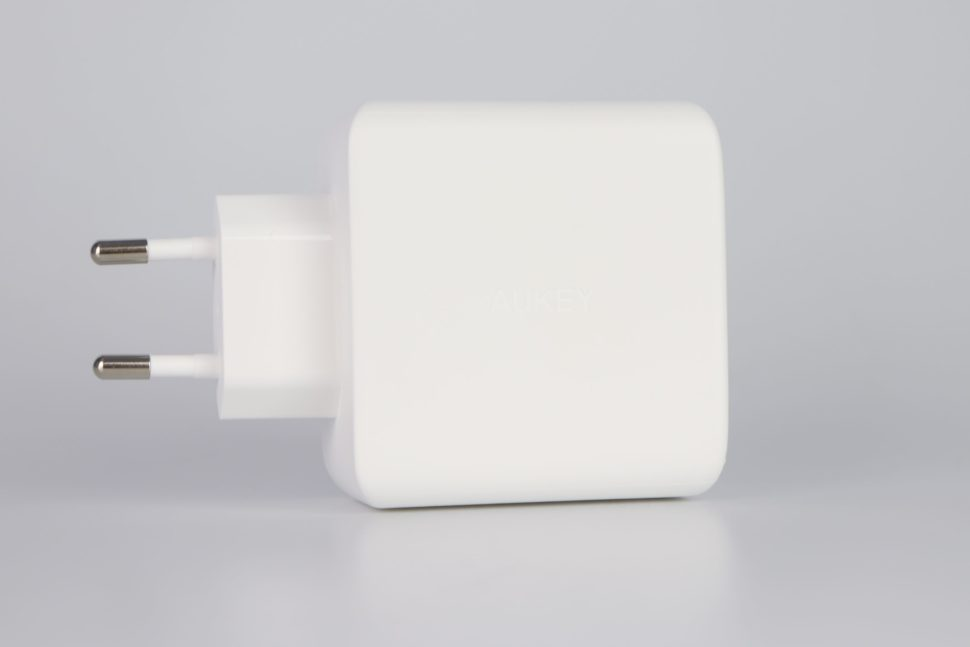 Aukey 90W 3 Port PD Wall Charger linke Seite